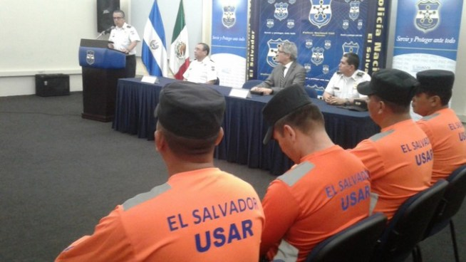 Entregan reconocimiento a policías que participaron en labores humanitarias en México