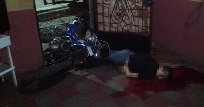Motociclista pierde la vida al estrellarse contra una vivienda en Sonsonate