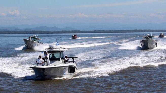 Fuerza Naval intercepta tres embarcaciones y captura a nueve personas en Acajutla