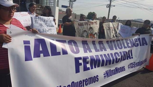Grupos feministas realizan marcha contra el aumento de asesinatos de mujeres