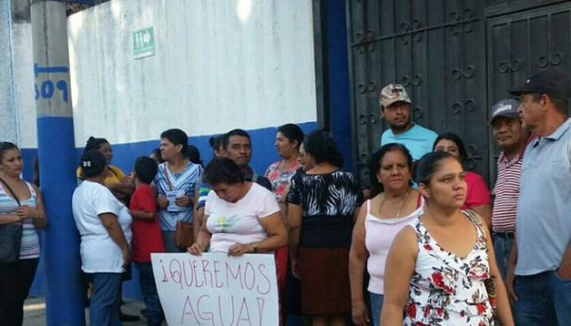 Habitantes de San Vicente protestan frente a las instalaciones ANDA por falta de agua