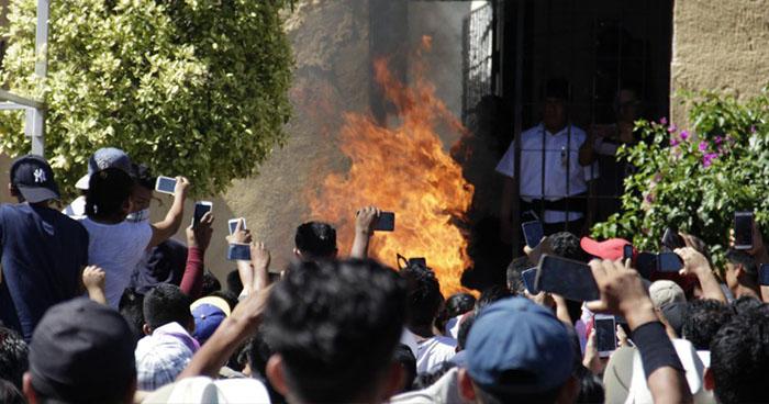 """Vecinos queman vivos a dos presuntos """"roba niños"""" en Puebla, México"""
