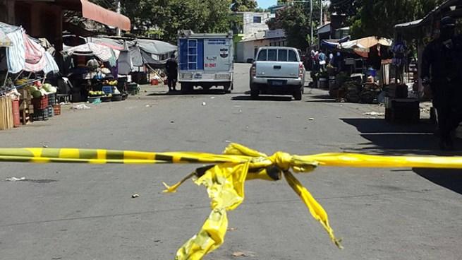Asesinan a balazos a joven en el mercado central de Santa Ana