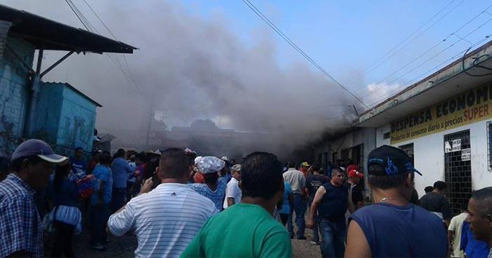 Fuerte incendio consume bodega en mercado municipal de Santa Ana