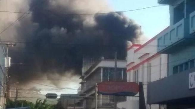 Incendio consume almacén de productos plásticos en el centro de San Salvador