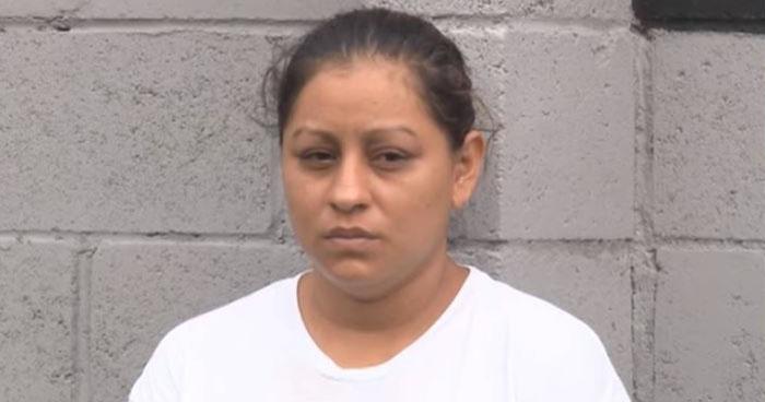 Acusan de homicidio a mujer que dejó que menor de 20 meses cayera a una fosa séptica