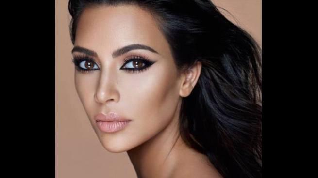 Kim Kardashian posa desnuda en las ramas de un árbol para los fotógrafos Mert y Marcos