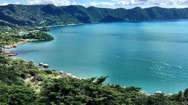 Lago de Coatepeque vuelve cambiar su color a turquesa