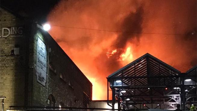 Voraz incendio consume mercado de Londres