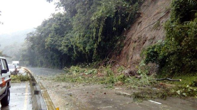 Paso inhabilitado en Autopista Los Chorros tras derrumbe
