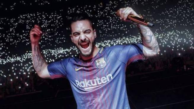 Maluma canta con la camiseta del Barcelona usando el '10' de Messi