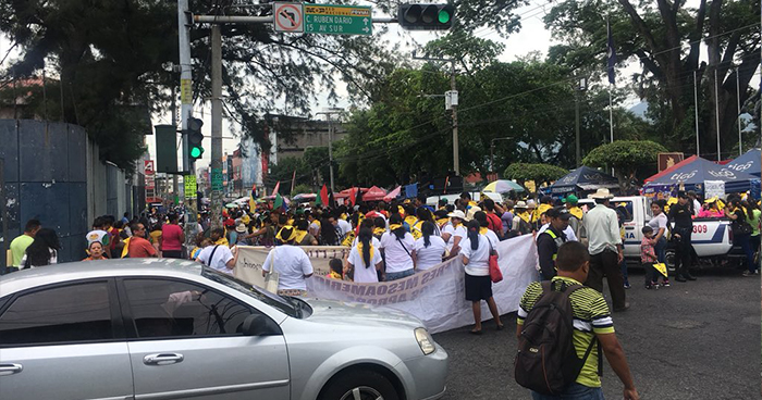 Organizaciones marchan hacia la Asamblea Legislativa para pedir la aprobación de una ley general del agua