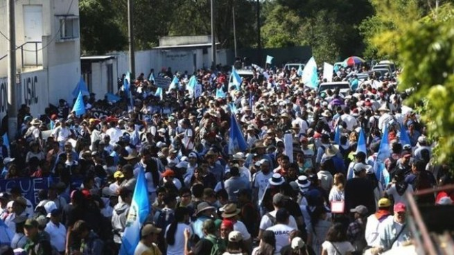 Guatemaltecos marchan para exigir la renuncia del presidente Jimmy Morales y de 107 diputados