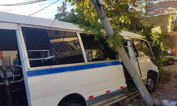Microbus derriba un poste luego que le explotara una llanta en San Miguel