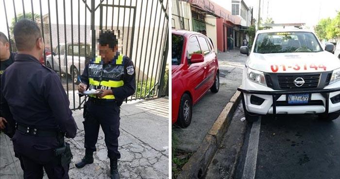 Policía de tránsito multa a agente por estacionar patrulla donde no debía
