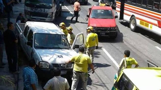 Múltiple accidente de tránsito deja tres personas lesionas en autopista a Comalapa
