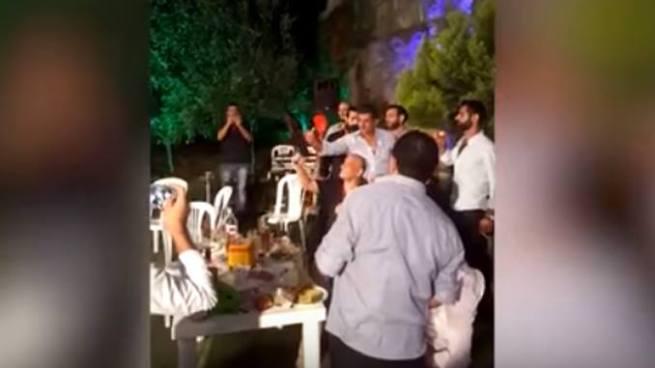 Vídeo: Novio dispara por accidente a su fotógrafo durante una celebración