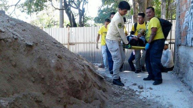 Obrero se salva de morir soterrado en una construcción en San Salvador
