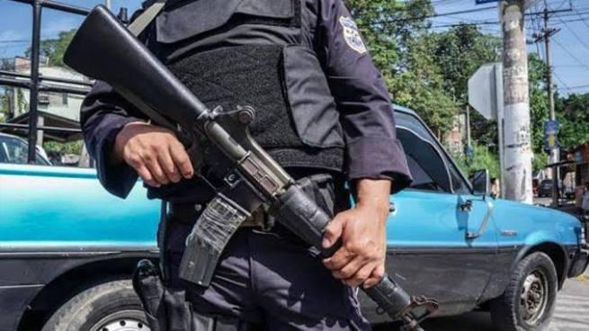 Presuntos pandilleros golpearon y robaron a policía en Soyapango