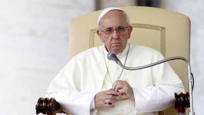 Papa Francisco critica el uso de celulares durante las misas