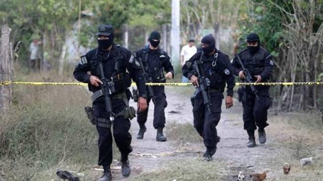 Detienen a 9 policías acusados de alterar escenas de homicidios de pandilleros