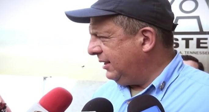 VIDEO | El presidente de Costa Rica se traga una avispa en plena rueda de prensa