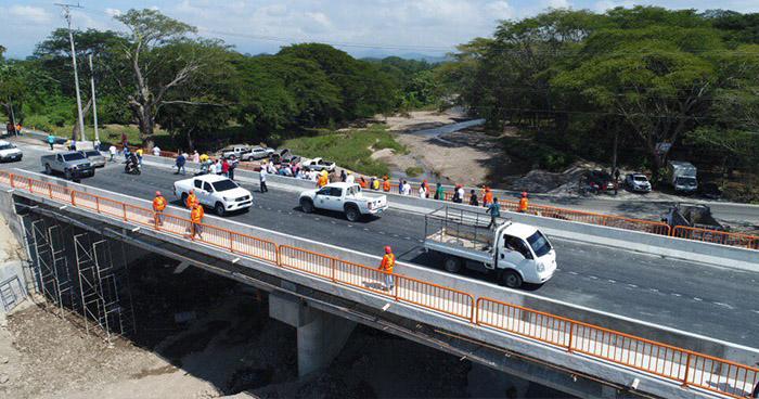 Habilitan paso vehicular en puente que atraviesa el río Motochico en Chalatenango