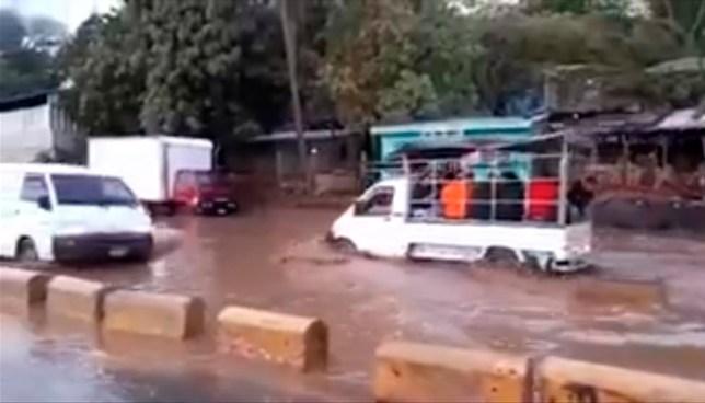 Agua acumulada en tramo de la carretera al Puerto de La Libertad, dificulta el paso