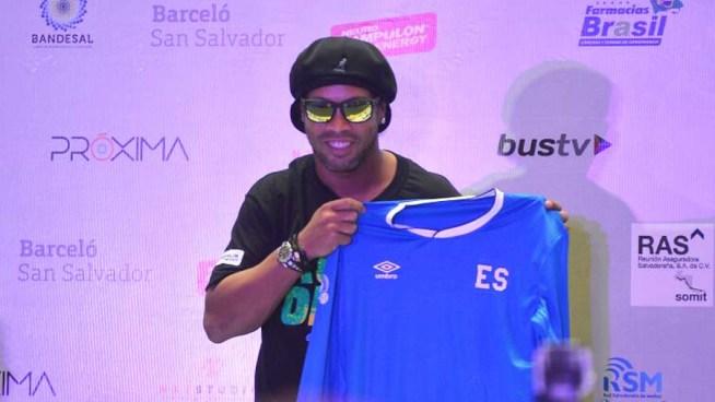Ronaldinho causo furor en su llegada al país