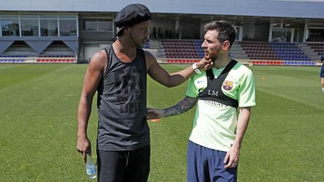 Emotivo reecuentro entre Ronaldinho y Messi