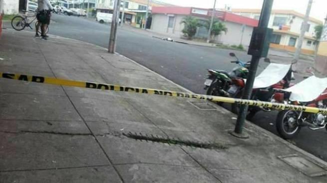 Delincuentes matan a un hombre con arma contundente en Santa Ana