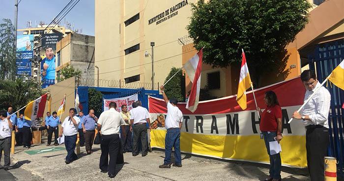 Sindicalistas del Ministerio de Hacienda exigen la renuncia del subdirector de impuestos