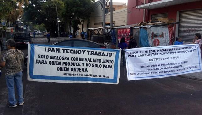 Sindicalistas y trabajadores de ISDEMU realizan manifestación para exigir una nivelación salarial