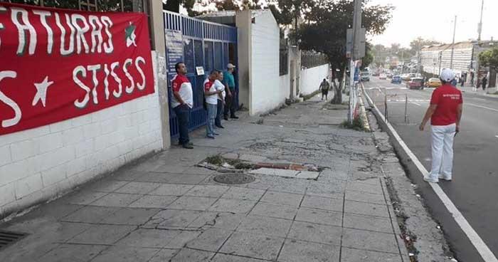 Sindicalistas impiden el ingreso de las jefaturas del hospital Zacamil del ISSS