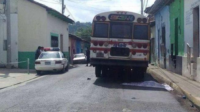 Niña de 7 años muere tras ser atropellada por un bus de la Ruta 53 J-1 en Sonsonate