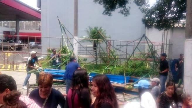 Al menos 10 lesionados tras colapsar una tarima frente al mercado Cuscatlán