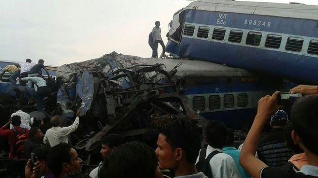 Descarrilamiento de tren deja 23 muertos y al menos 64 lesionados en India