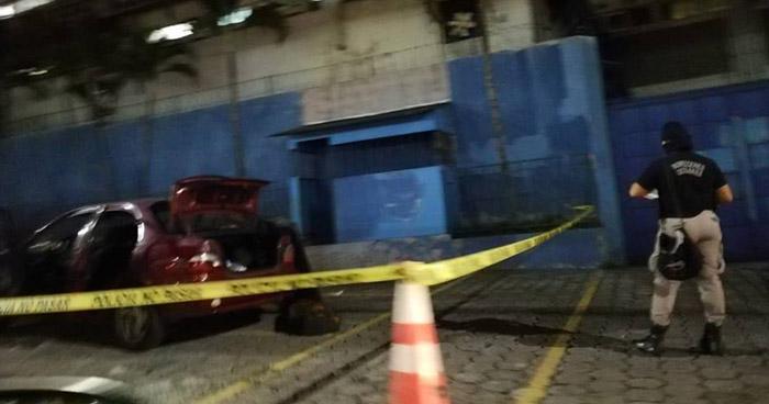 Atrapan a dos sujetos que se conducían en un vehículo con reporte de robo en Soyapango