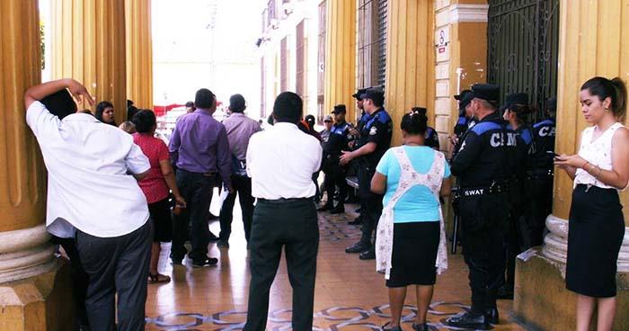 Vendedores denuncia a la alcaldía de Santa Ana por cobrar puestos no entregados