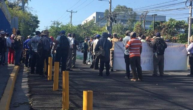 Veteranos de guerra paralizan el tránsito de San Salvador y llegan a la Asamblea Legislativa