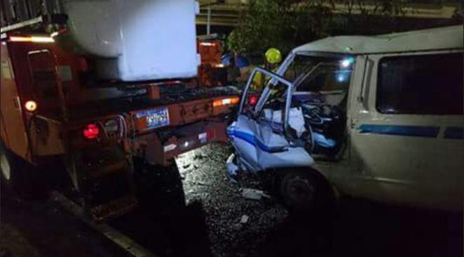 Dos lesionados tras choque entre microbús contra camión de CAESS sobre el bulevar del Ejército