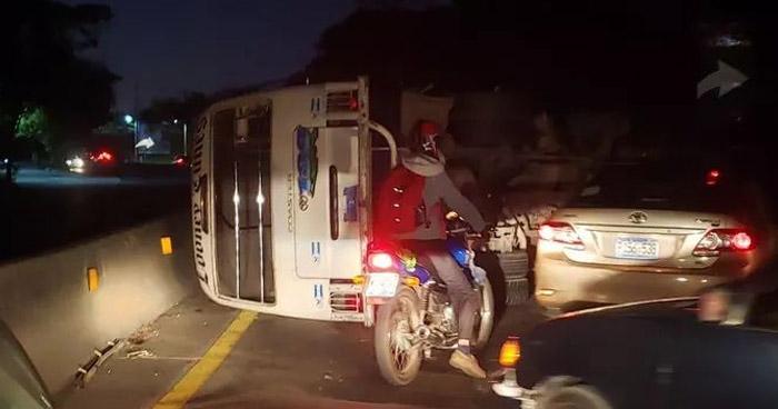Al menos 8 lesionados por microbús R-109 volcado en carretera de Quezaltepeque