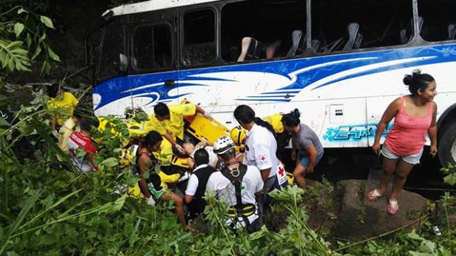 """7 muertos y más de 10 lesionados por autobús que cayó a un barranco por """"Pupusodromo"""" de Olocuilta"""