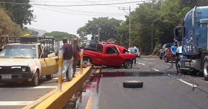 Conductor lesionado tras fuerte choque en carretera a Sonsonate