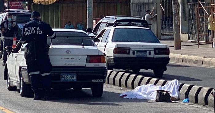 Mujer muere al ser atropellada en Avenida Peralta, San Salvador