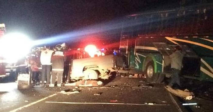 Dos fallecidos y tres lesionados tras choque frontal entre bus y pickup en San Miguel