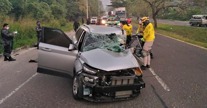 Conductor queda atrapado tras chocar sobre carretera de Santa Ana