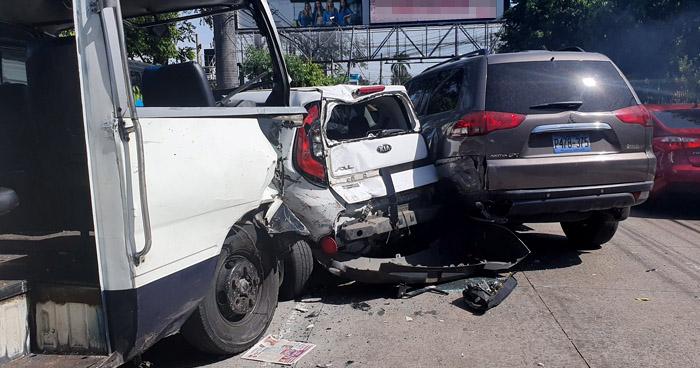 Microbús choca contra 8 vehículos frente a CAPRES