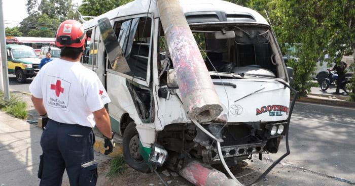 Choque entre bus y coaster deja un poste derribado y al menos 10 lesionados