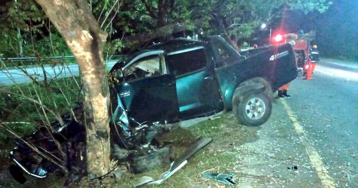 Conductor muere tras chocar contra un árbol en carretera Comalapa